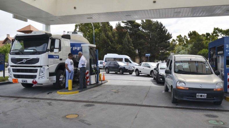 Las largas colas registradas en las estaciones de servicio de Comodoro Rivadavia se tradujeron en el quiebre de los surtidores por falta de combustible.