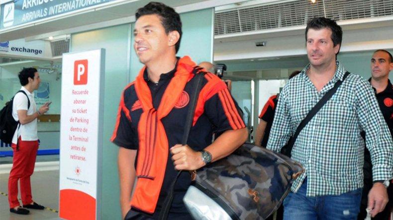 El técnico Marcelo Gallardo en el arribo del plantel millonario a Ezeiza.