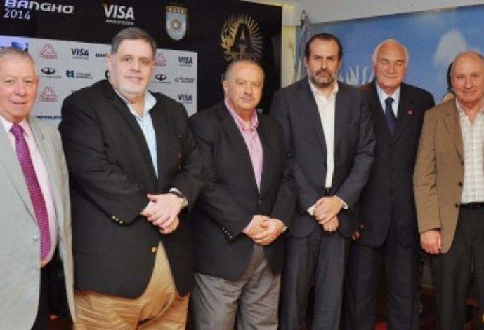 Federico Susbielles –cuarto desde la izquierda– se convirtió ayer en el nuevo presidente de la CABB.
