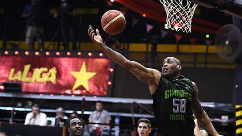 Samuel Clancy tomando uno de los 16 rebotes en el partido ante Olímpico.