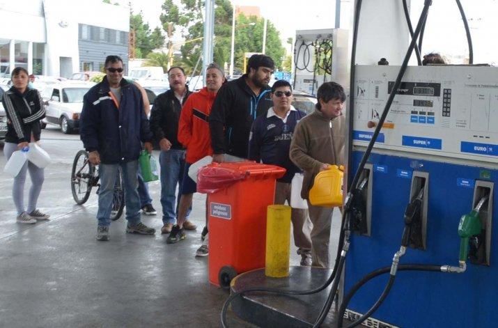 Muchos ciudadanos acudieron a los surtidores de las estaciones de YPF con bidones. La escasez de combustibles es uno de los problemas más acuciantes.