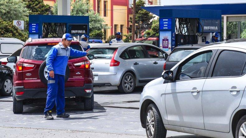 Trabajadores de las estaciones tratan de ordenar el caos vehicular frente a los surtidores.