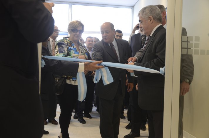 El gobernador participó en esta ciudad de la inauguración de la ampliación de la sucursal del Centro de Banco Chubut.