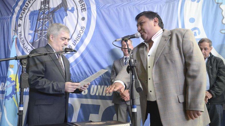 El gobernador Mario Das Neves le toma juramento a Jorge Avila