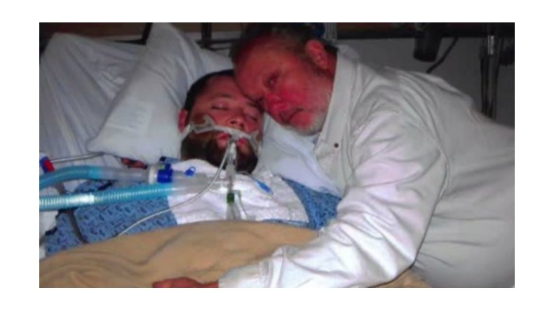 Amenazó con un arma a los médicos de su hijo para que no lo desconecten