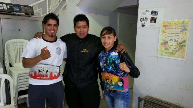 Marcos Antileo –centro– en compañía de los campeones argentinos Miguel Poveda y Tiara Uribe.