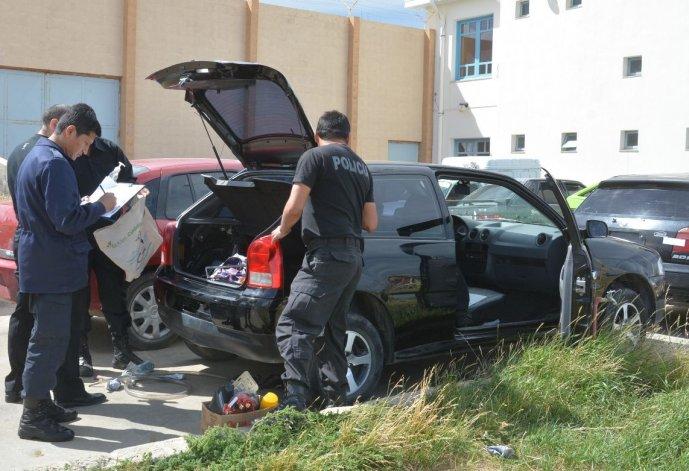 Personal de la División Criminalística inspecciona el VW Gol baleado en el barrio Ceferino Namuncurá de Caleta Olivia.