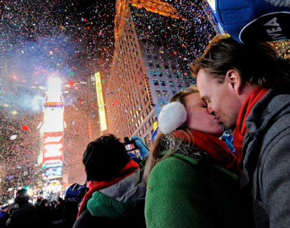 El ritual de besarse a las 12 en punto colabora para olvidar el mal tiempo reinante.
