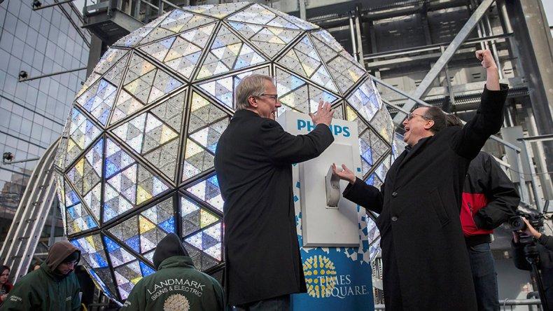 La mítica bola gigante de luces que ya cumpió más de un siglo como ícono del festejo.