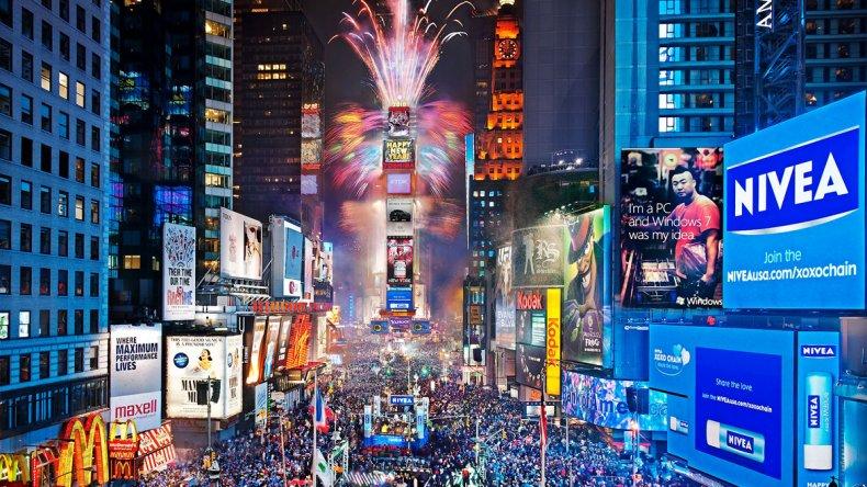 Más de un millón de personas se agolpan en la zona y ofician de masivo coro en la cuenta regresiva hacia el nuevo año.