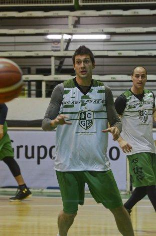 Matías Sandes y Gastón Luchino durante un entrenamiento de Gimnasia Indalo.