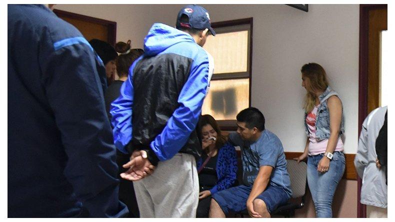 Familiares y amigos de Jorge Garrido acudieron ayer al Hospital Zonal para conocer los partes médicos que suministraron desde la Unidad de Terapia Intensiva.