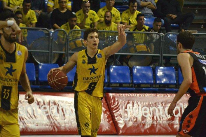 Nicolás Richotti conduciendo el balón en la derrota de su equipo ante el Valencia.