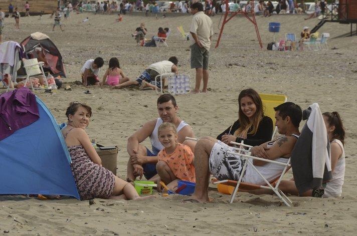 Con gran concurrencia las playas de Comodoro Rivadavia y Rada Tilly fueron el lugar escogido para disfrutar de una jornada marcada por el calor.