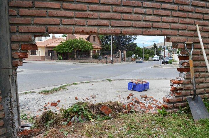 Ayer por la mañana los dueños de la vivienda afectaba trataban de reconstruir el muro de la vivienda que fue derribado tras el choque entre el Toyota Etios y el Chevrolet Vectra.