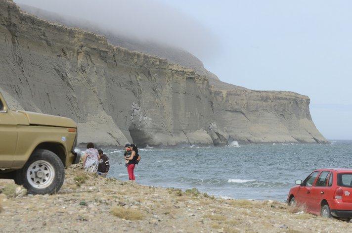 La familia Caro fue rescatada ayer en la playa de Bajada de los Palitos. La marea encerró a sus integrantes en el sector de las cuevas.