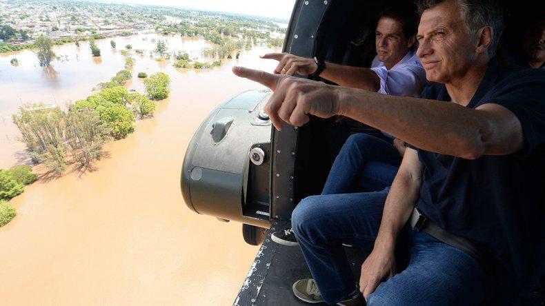 El presidente Mauricio Macri junto al intendente local Enrique Cresto sobrevolaron las zonas inundadas en Concordia.