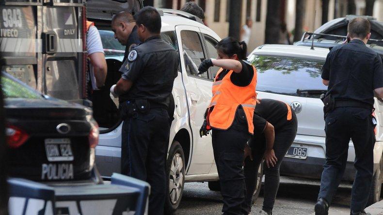 La policía realiza pericias en la camioneta Chevrolet Spin donde asesinaron a la mujer.