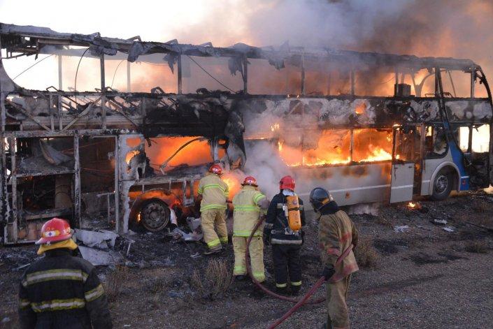 El interno 5.192 de la empresa Andesmar fue totalmente consumido por el fuego