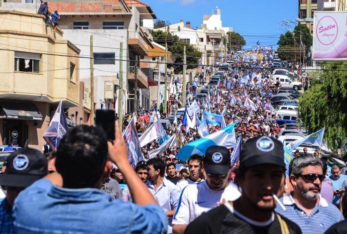 Teléfono para Macri. Una masiva manifestación intentó llamar su atención respecto de las horas de incertidumbre que atraviesa la actividad petrolera.