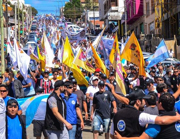 La movilización al mediodía copó el centro de la ciudad con más de diez cuadras de trabajadores y sus familias. Foto: Mauricio Macretti / El Patagónico.