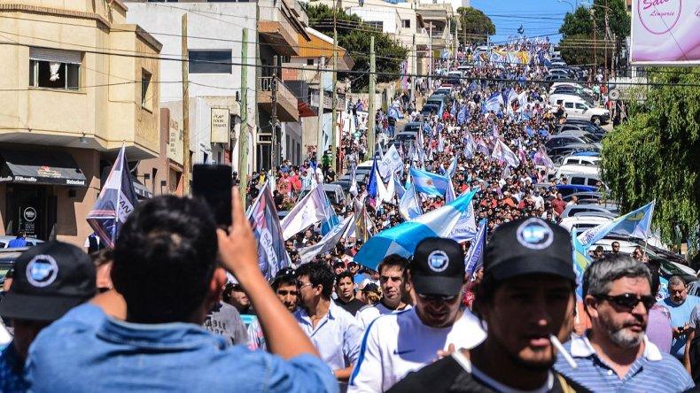 La principal consigna del acto fue la defensa de las fuentes de trabajo. Foto: Mauricio Macretti / El Patagónico.
