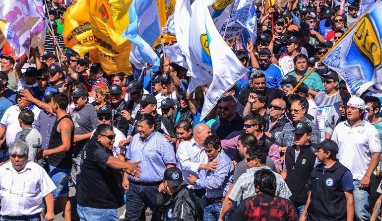 Al frente de la columna de trabajadores marcharon los secretarios generales Jorge Loma Ávila y José Llugdar.