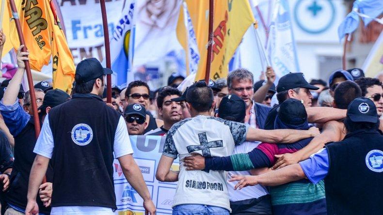 A pesar de la importante movilización de trabajadores que alcanzó a las 10 mil personas no se produjeron incidentes.Mauricio Macretti / El Patagónico.