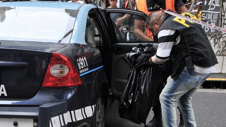 La policía se lleva el torso en un patrullero.