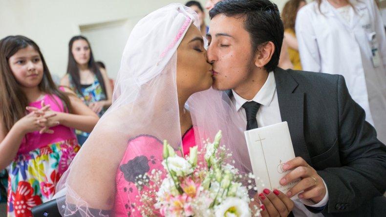 Cesia se casó rodeada de su familia, médicos y enfermeras en el Hospital Italiano