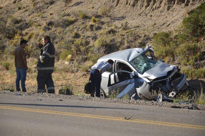 El fiscal Olazábal inspecciona el Chevrolet Onix que conducía el hombre que falleció.