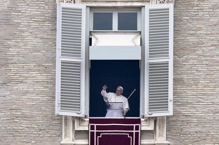 El Papa saluda durante el Angelus del primer día del año.