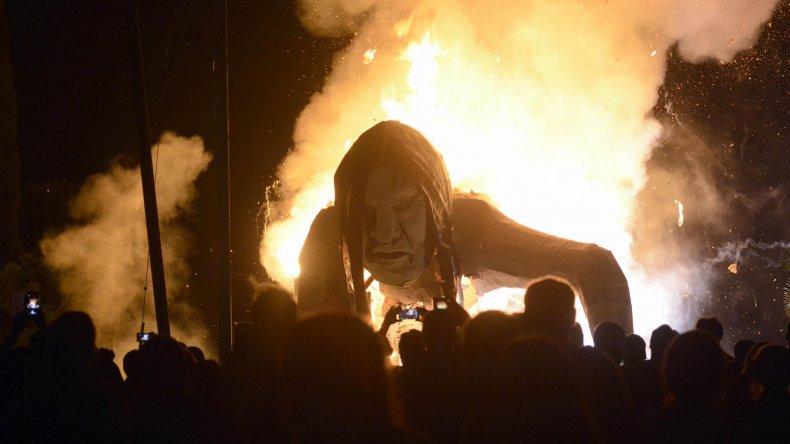 La Plata y su tradicional quema de muñecos para despedir el año que pasó.