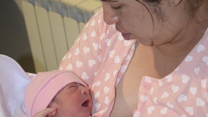 Madre e hija en su primer contacto. Emma Jara fue la primera bebé de 2016 en Comodoro.
