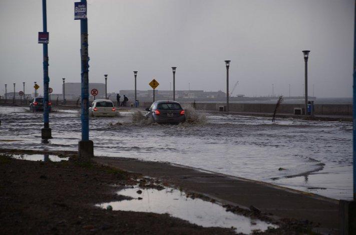 La transitabilidad se vio afectada en el camino Tiburón como también en avenida Ducós