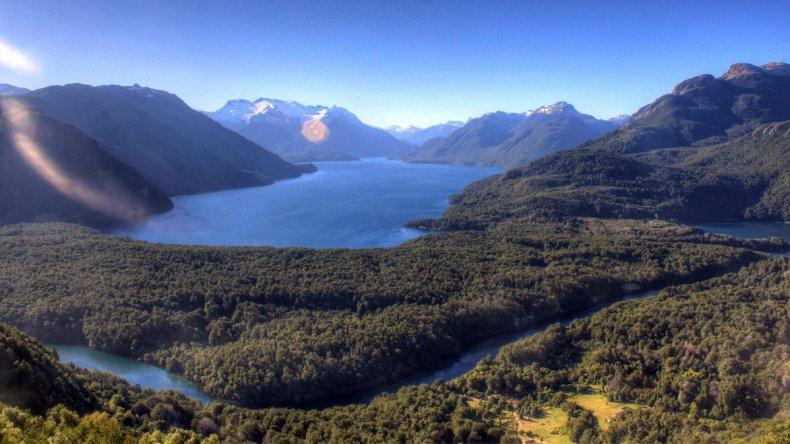 El lago Menéndez está rodeado de altas montañas y hermosos paisajes de bosques de lengas