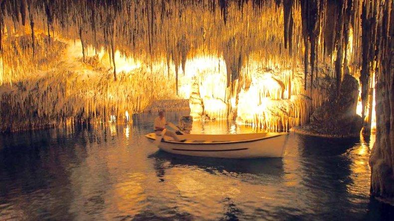Las cuevas esconden en su interior un gran lago subterráneo