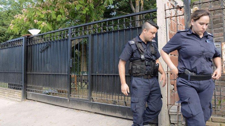 La policía en la casa quinta donde se desarrollaba la fiesta clandestina.