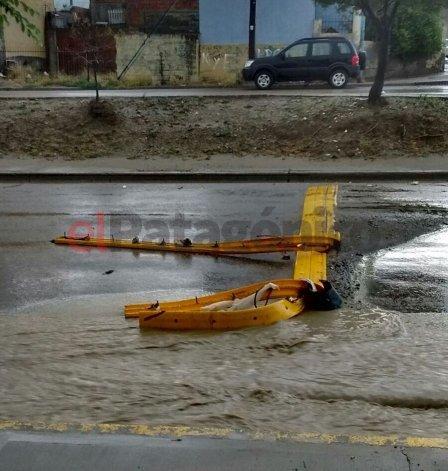 La tormenta arrancó un reductor y abrió un pozo en la calle