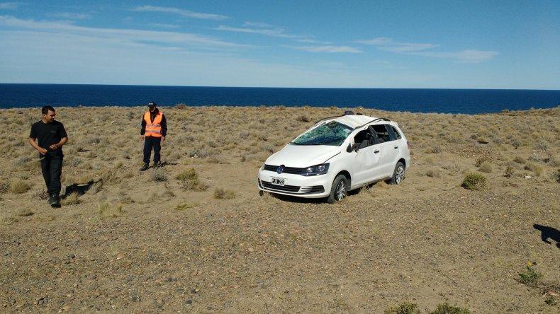 La Volkswagen Surán quedó prácticamente destruida tras el vuelco.