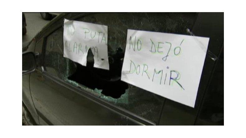 La alarma no paraba de sonar y le rompió los vidrios del auto
