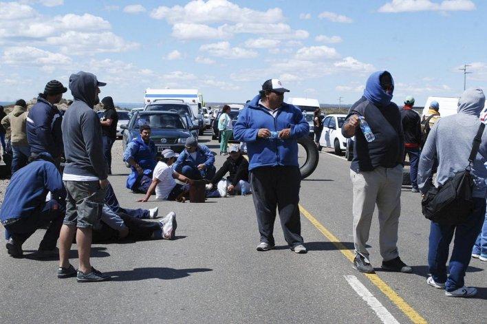 Trabajadores de Austral Construcciones se apostaron en el acceso al obrador y mediante la quema de cubiertas bloquearon el tránsito vehicular.