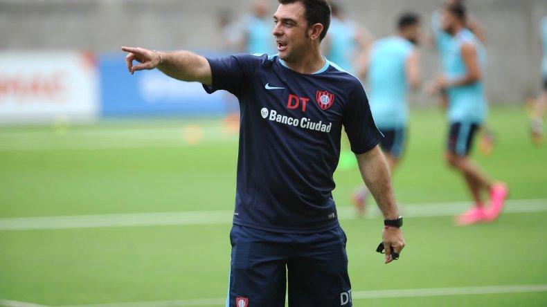 Pablo Guede dirigiendo ayer su primera práctica al frente de San Lorenzo.