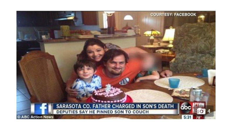 Un niño murió en el sofá aplastado por su padre