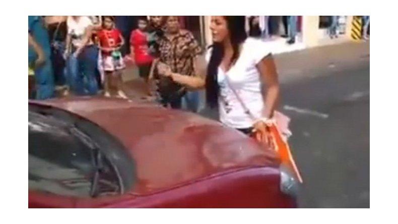 Cortó el tránsito al descubrir a su esposo con una amante