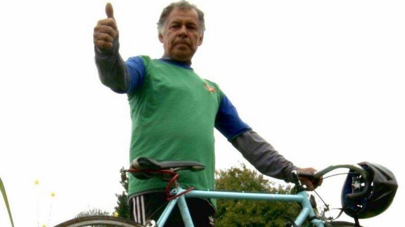 Ramón Verón pedalea por una escuela