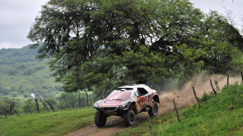 El multicampeón de rally Sebastian Loeb continúa liderando el Dakar.