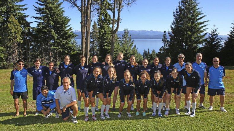 La selección argentina de vóleibol y de fondo una imagen de la hermosa San Carlos de Bariloche.
