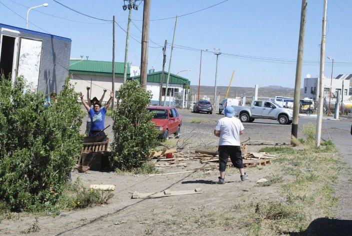Trabajadores de banquina grande continúan bloqueando el acceso al puerto Caleta Paula.