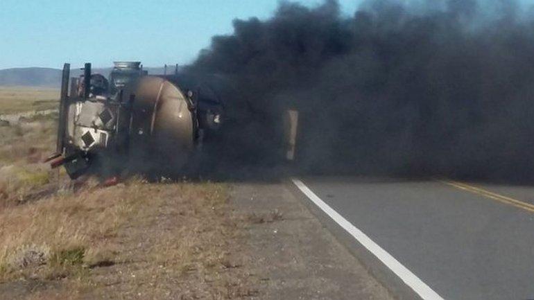Un camión volcó y se incendió por evitar un choque